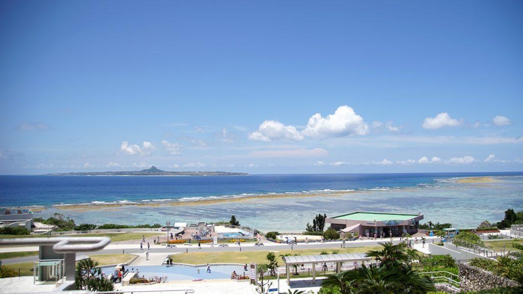 美ら海水族館(ちゅらうみすいぞくかん)から見える伊江島