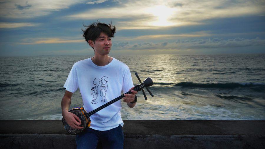 沖縄写真 海岸沿いで島歌うたう