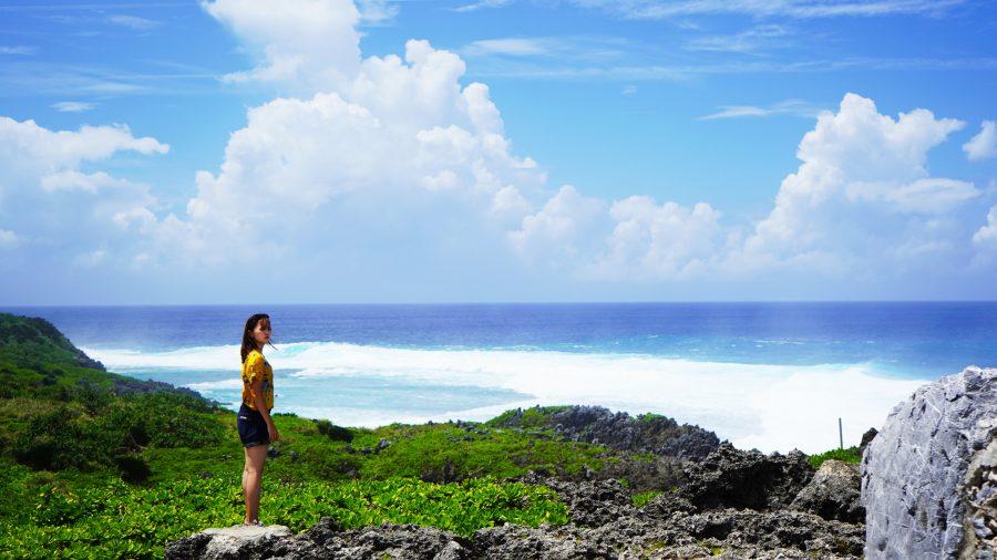 沖縄の写真 荒れる海と少女
