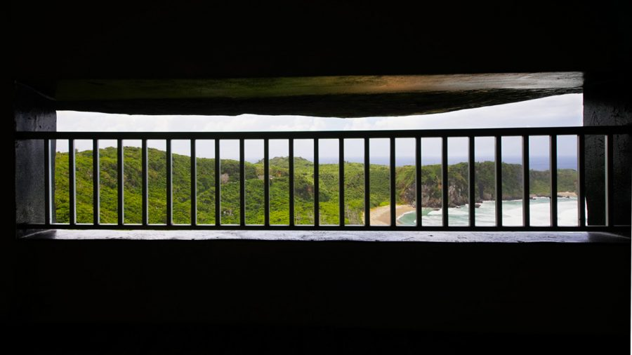 辺戸岬のヤンバルクイナ展望台(やんばるくいなてんぼうだい)の中から見る風景