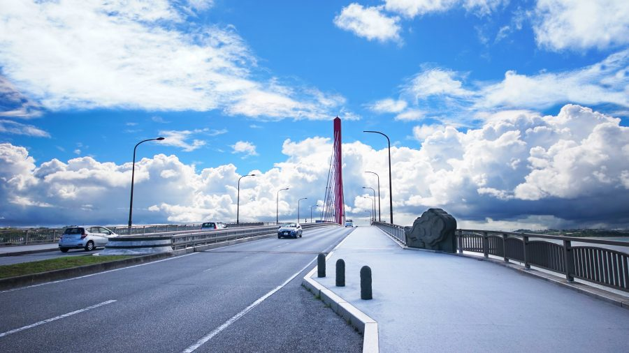 海中道路(かいちゅうどうろ)の赤い橋