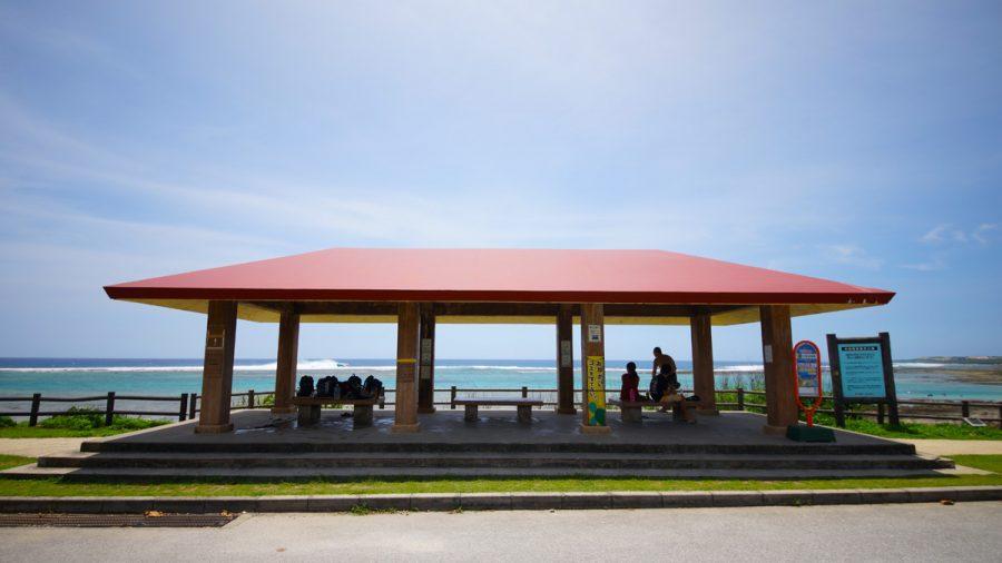 大度浜海岸(ジョン万ビーチ)休憩所とバス停