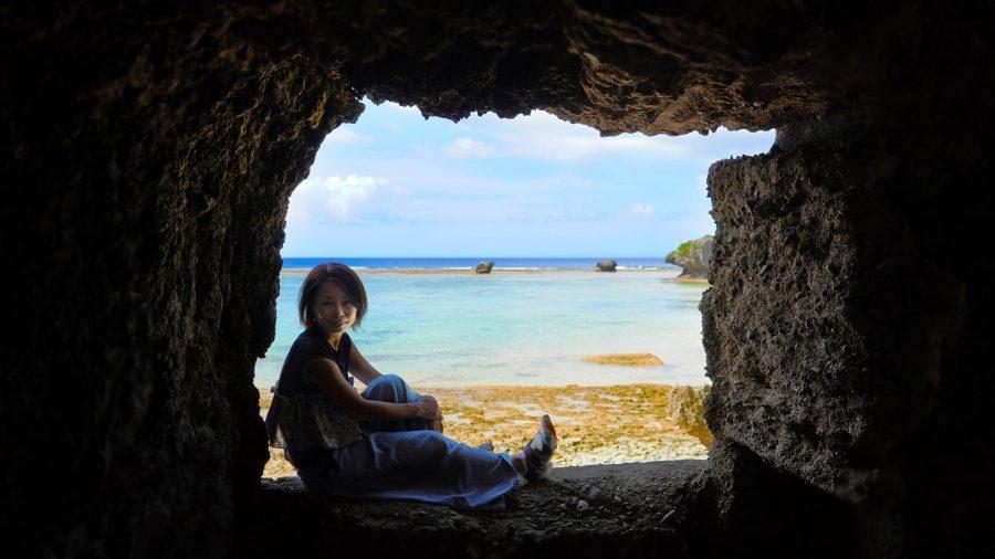沖縄写真 海と洞窟 モデル:いづみさん