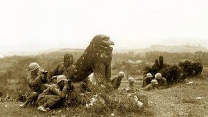 富盛の石彫大獅子(ともりのいしぼりうふじし)日本兵の様子を伺うアメリカ兵