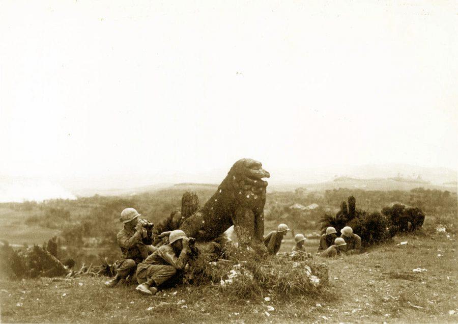 大獅子を弾よけに日本軍基地を攻撃する米軍兵士
