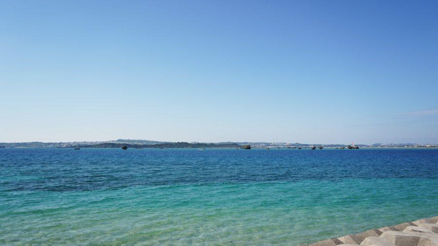 浜比嘉ビーチ(はまひがびーち)の青い海