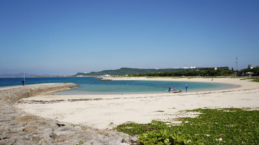 浜比嘉ビーチ(はまひがびーち)で遊ぶファミリー