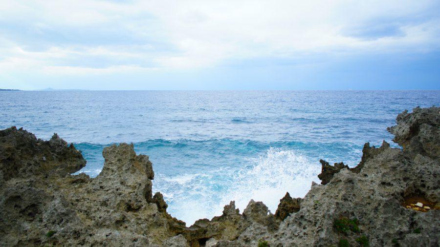 古宇利島のスルル洞の海岸沿い