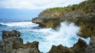 古宇利島のスルル洞の荒れた海